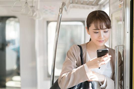 女性・通勤・スマートフォン