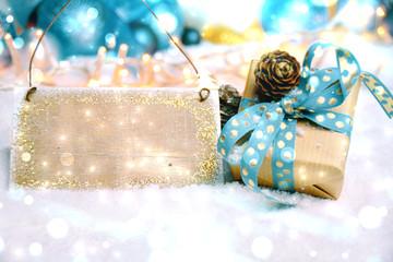 Weihnachtsgeschenk mit Holzschild leer