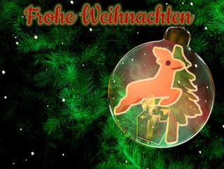 Weihnachtlicher Hintergrund mit Tannenzweigen, Weihnachtskugel mit Weihnachtsdekoration und Text.