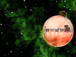 Weihnachtlicher Hintergrund mit Tannenzweigen und Weihnachtskugel mit Weihnachtszug
