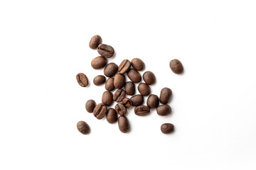 Papiers peints Salle de cafe Roasted coffee beans on white background.