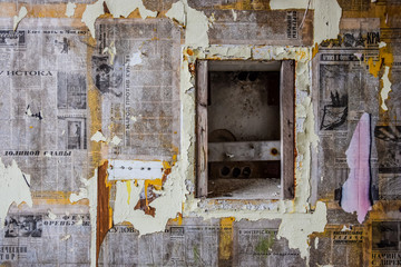 Ingelijste posters Oud Ziekenhuis Beelitz Wall plastered with old Soviet newspapers at abandoned military hospital complex