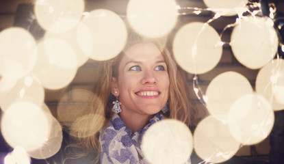 Woman playing with fairy lights at winter outdoor Fotomurales