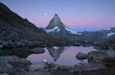 Fotomurales - Twilight at the Riffelsee, with reflections of the Matterhorn and the full moon.