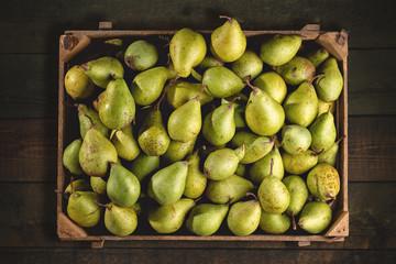 Bio Birnen in einer Holzkiste von oben