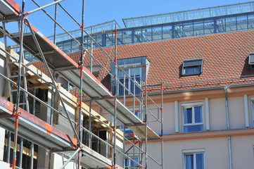 Gerüst an der Fassade eines Wohnhauses