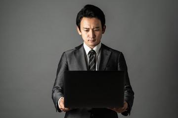 PCを見る男性