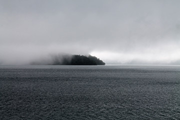 isola su lago giapponese