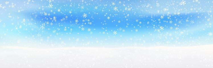 青い空に舞う粉雪、突然の吹雪でかすむ地平線の雪景色