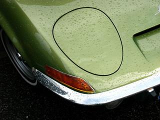 Klappscheinwerfer mit Regentropfen eines grünen deutschen Sportwagen der Siebzigerjahre in Wettenberg Krofdorf-Gleiberg bei Gießen in Mittelhessen