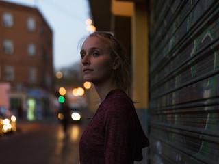 Casual sportive woman in twilight on street Fotomurales