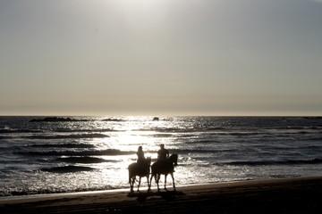pareja paseando en un día de verano en caballos