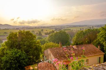 Vue panoramique sur la vallée de Luberon, Provence, France depuis le village d'Ansouis. Fleurs de valériane rouge au premier plan. Coucher de soleil.