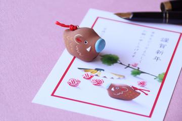 日本の正月イメージ 年賀状を書く