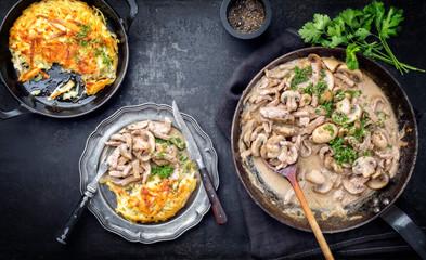 Traditionelles Zürcher Geschnetzeltesmit Rösti als closeup auf einem Teller und Pfanne