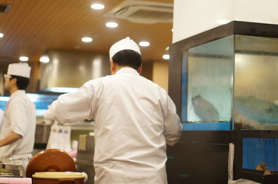 厨房で働く男性たち