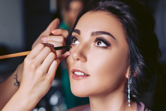 The bride is put on makeup before the wedding ceremony