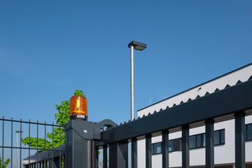 Metall-Tor Einfahrt mit Leuchte