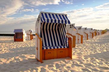 Kosze plażowe na słonecznej plaży w  Kołobrzegu