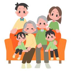 ソファに座る三世帯家族