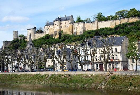 Ville de Chinon, la forteresse royale domine la ville et la Vienne affluent de la Loire, Indre et Loire, France