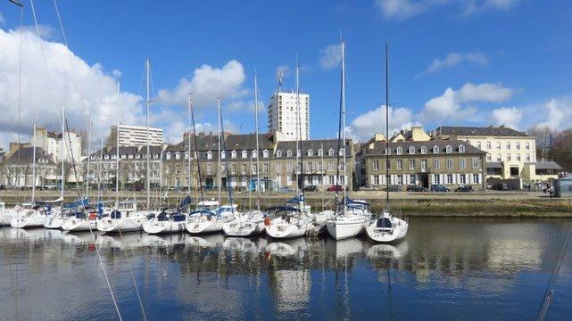 Voiliers dans le port de plaisance de Lorient, en Bretagne (France)