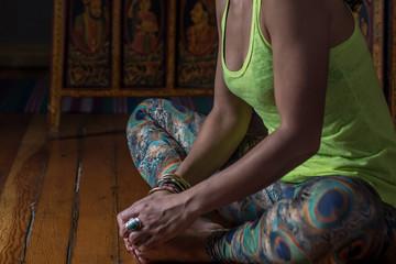 mujer y hombre practicando posiciones de yoga, en una luz suave y relajado, concentracion y formas con las manos