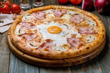 Carbonara pizza with bacon