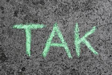 Fototapeta Słowo TAK napisane zieloną kredą na betonie. Dziecięcy napis obraz