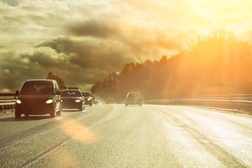 Straße nass Bundesstraße Herbst Regen Laub Autos Scheinwerfer