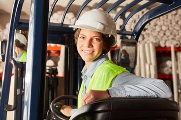 Junge Frau in der Ausbildung zum Staplerfahrer
