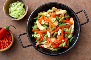 Deliziosa carne di pollo con verdure arrosto in padella di metallo