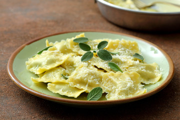 Pasta Italiana ravioli burro  salvia e parmigiano su tavolo di cucina,