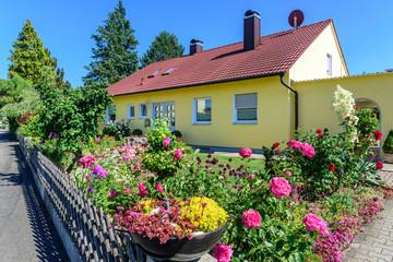 Bungalow mit farbenprächtigem Vorgarten