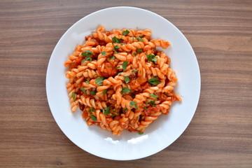 makaron świderki z sosem spaghetti