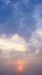 Sonnenaufgang im Nebel mit Wolkenfetzen