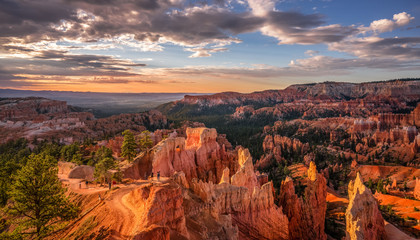 Sunrise view of the Navajo Loop Trail from the Bryce Canyon rim