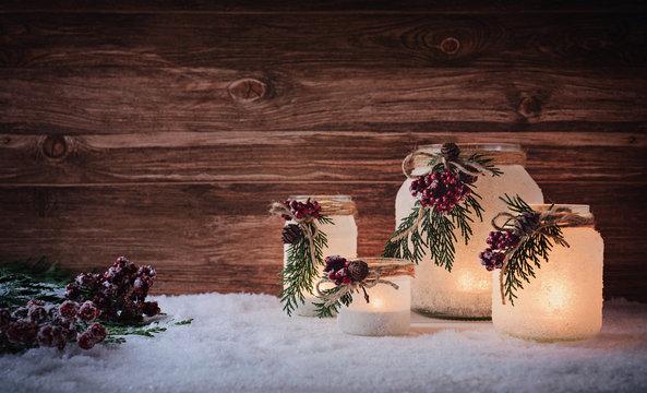 Wunderschöne Weihnachtsdekoration mit winterlich, frostigen Laternen /Windlichtern vor rustikal Holz Hintergrund
