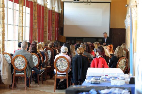 Ludzie w sali na konferencji biznesowej w czasie wykładu.