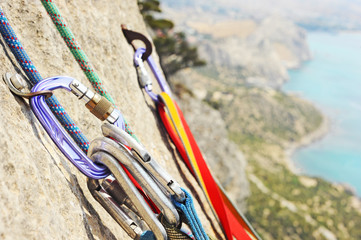 Foto op Textielframe Alpinisme Carabiner with climbing rope on rocky background. Climbing concept. Climbing extreme sport