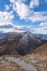 Wanderweg auf dem Berg Niesen mit Blick auf die Schweizer Alpen – Berner Oberland, Schweiz