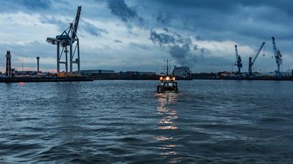 Boot auf der Elbe in Hamburg