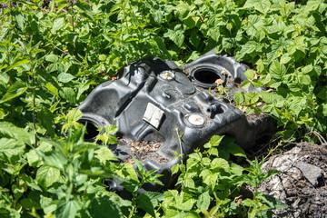 Wyrzucony plastik w lesie