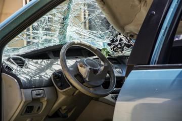 Samochód po wypadku od środka