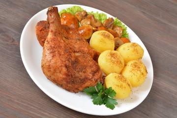 mięso z kurczaka pieczone z ziemniakami i grzybami