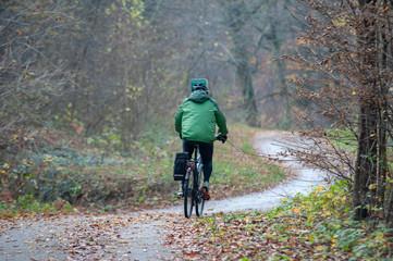 Radfahrer im Herbstwald
