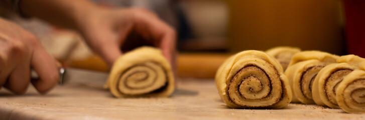 Cutting of raw rolls with cinnamon