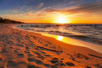 Fototapeta Niesamowity zachód słońca na plaży nad Morzem Bałtyckim, pejzaż obraz
