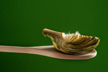Alcachofa y cuchara de madera