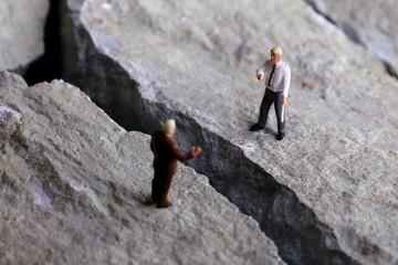 岩の亀裂が広がるビジネスマンの交渉